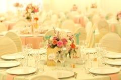 Adornado casandose la tabla en un restaurante Imagenes de archivo