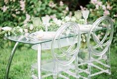 Adornado casandose la tabla para dos con la composición hermosa de la flor de las flores, vidrios para el vino, al aire libre, be Imagen de archivo