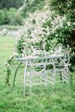 Adornado casandose la tabla para dos con la composición hermosa de la flor de las flores, vidrios para el vino, al aire libre, be Imágenes de archivo libres de regalías