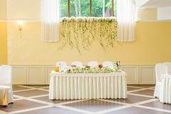 Adornado casandose la tabla para los recienes casados Imagen de archivo libre de regalías