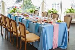 Adornado casandose la tabla puesta en restaurante Fotografía de archivo libre de regalías