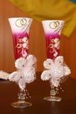 Adornado casandose los vidrios con champán Foto de archivo libre de regalías