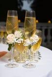 Adornado casandose los vidrios con champán Fotos de archivo libres de regalías