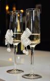 Adornado casandose los vidrios con champán Foto de archivo