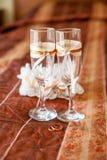 Adornado casandose los vidrios para la novia y el novio concepto de la boda Fotos de archivo libres de regalías
