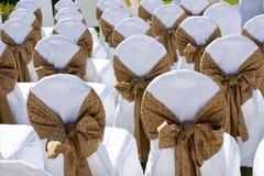 Adornado casandose sillas en fila Fotografía de archivo