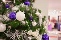 Adornado con el árbol de navidad de los globos Foto de archivo libre de regalías
