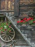 Adornado con el detalle de la casa de las flores en Goms Foto de archivo