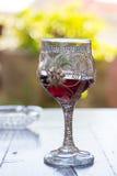 Adornado con el vidrio de plata de vino se coloca en la tabla Fotografía de archivo libre de regalías