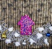 Adornado con la casa rosada brillante de las lentejuelas y otras decoraciones de la Navidad Foto de archivo libre de regalías