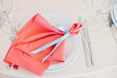 Adornado con la cinta azul con los recienes casados nombra la servilleta roja Fotos de archivo libres de regalías