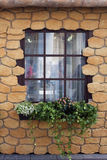 Adornado con la fachada de la piedra arenisca con la ventana Imagen de archivo