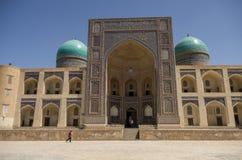 Adornado con la fachada tradicional del ornamento MIR-yo del árabe Madrasa Imágenes de archivo libres de regalías