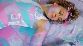Adornado con la muchacha de la yoga de la pintura que pone en ella detrás en la pintura metrajes
