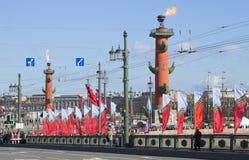 Adornado con la parrilla de las banderas el puente del palacio y las columnas rostrales Día de la victoria en St Petersburg Fotos de archivo libres de regalías