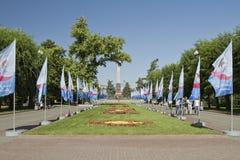 Adornado con las banderas y las porciones de tulipanes el callejón de héroes Fotografía de archivo libre de regalías