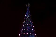 Adornado con las chucherías y el árbol de navidad de las guirnaldas Imágenes de archivo libres de regalías