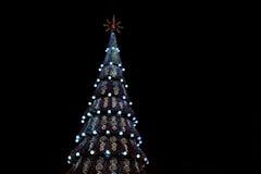 Adornado con las chucherías y el árbol de navidad de las guirnaldas Imagen de archivo