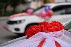 Adornado con las cintas y las flores para el coche de la boda Imágenes de archivo libres de regalías