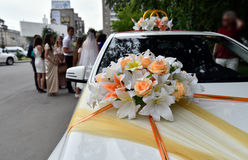 Adornado con las cintas y las flores para el coche de la boda Imagen de archivo libre de regalías