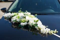 Adornado con las flores que se casan el coche de la novia y del novio Foto de archivo