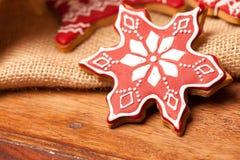 Adornado con las galletas rojas del pan de jengibre de la formación de hielo Imágenes de archivo libres de regalías