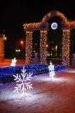 Adornado con las luces arquee el reloj en la entrada para parquear Imagen de archivo