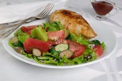 Adornado con las verduras con el escalope del pollo Foto de archivo
