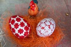Adornado con los huevos de Pascua de las materias textiles Fotografía de archivo