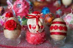 Adornado con los huevos de Pascua de las materias textiles Imagenes de archivo