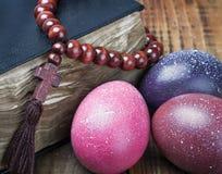 Adornado con los huevos de Pascua pintados y una biblia Fotografía de archivo