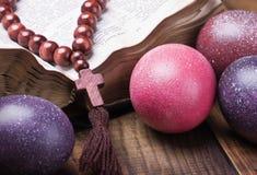 Adornado con los huevos de Pascua pintados y una biblia abierta Imagen de archivo