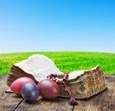 Adornado con los huevos de Pascua pintados y una biblia abierta Imágenes de archivo libres de regalías