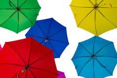 Adornado con los paraguas coloreados en el fondo blanco Imagen de archivo libre de regalías