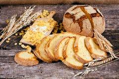 Adornado con pan de maíz redondo Imagenes de archivo