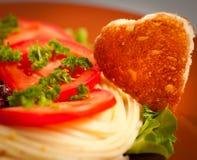 Adornado con pan frito bajo la forma de corazón. Fotos de archivo