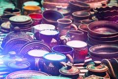 Adornado con parecer antiguos de la tabla de los jarros y de los cuencos salir derecho la tienda de Aladdin Fotos de archivo