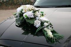 Adornado con un ramo de flores en los coches de la boda Fotos de archivo