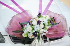 Adornado con un ramo hermoso en el coche de la boda Imagen de archivo