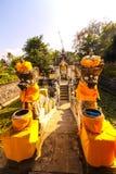 Adornado con una estatua del guarda del templo, Nusa Penida, Indonesia Fotografía de archivo libre de regalías