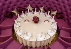 Adornado con una mesa redonda Imagen de archivo libre de regalías