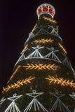 Adornado en el árbol de navidad letón nacional del estilo en la noche fotografía de archivo