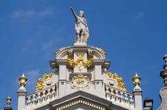 Adornado en el top de edificios en Grand Place, Bruselas Foto de archivo