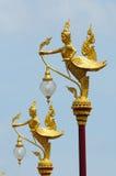 Adornado en la lámpara de calle tailandesa (Kinnaree) Fotografía de archivo