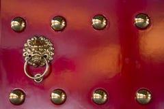 Adornado en puerta roja Fotos de archivo libres de regalías