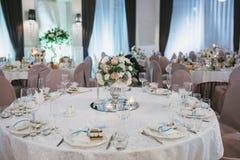 Adornado maravillosamente casandose la mesa redonda Imagen de archivo libre de regalías