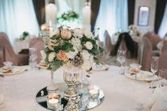 Adornado maravillosamente casandose la mesa redonda Imágenes de archivo libres de regalías