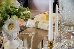 Adornado maravillosamente casandose la tabla Imagenes de archivo