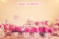 Adornado maravillosamente casandose la tabla con las flores Foto de archivo libre de regalías