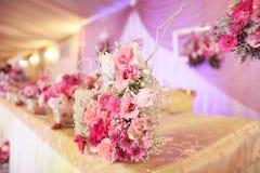 Adornado maravillosamente casandose la tabla con las flores Fotos de archivo libres de regalías